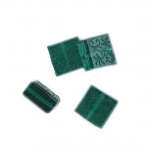 Square bead with engraved arabesques on 2 faces, emerald 14 mm