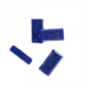 Perle rectangulaire avec personnage mat gravé sur 2 faces, saphir foncé 18x9 mm