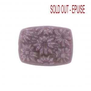 Cabochon de forme tonneau avec fleurs en relief, violet 36x27 mm