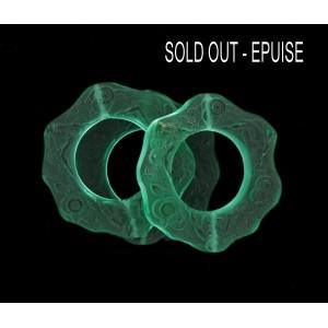 Ring 2 holes with matt embossed pattern, emerald 37 mm